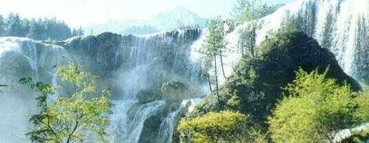 珍珠滩瀑布2010年海拔2433米,瀑顶宽310米,最大落差40米